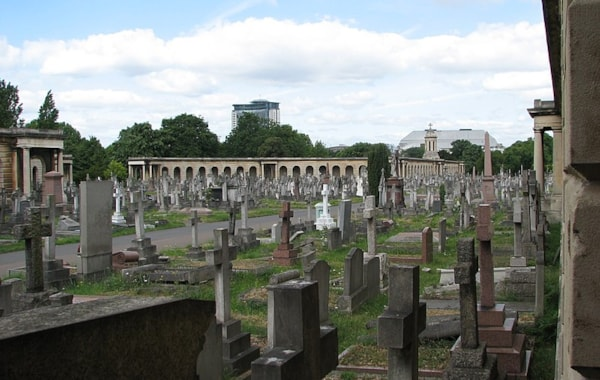 800px-Brompton_Cemetery_in_London-79659.jpg