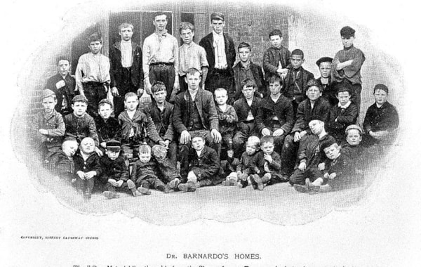 Group_portrait_of_children_outside_a_Barnardo_home._Wellcome_L0000901-64930.jpg