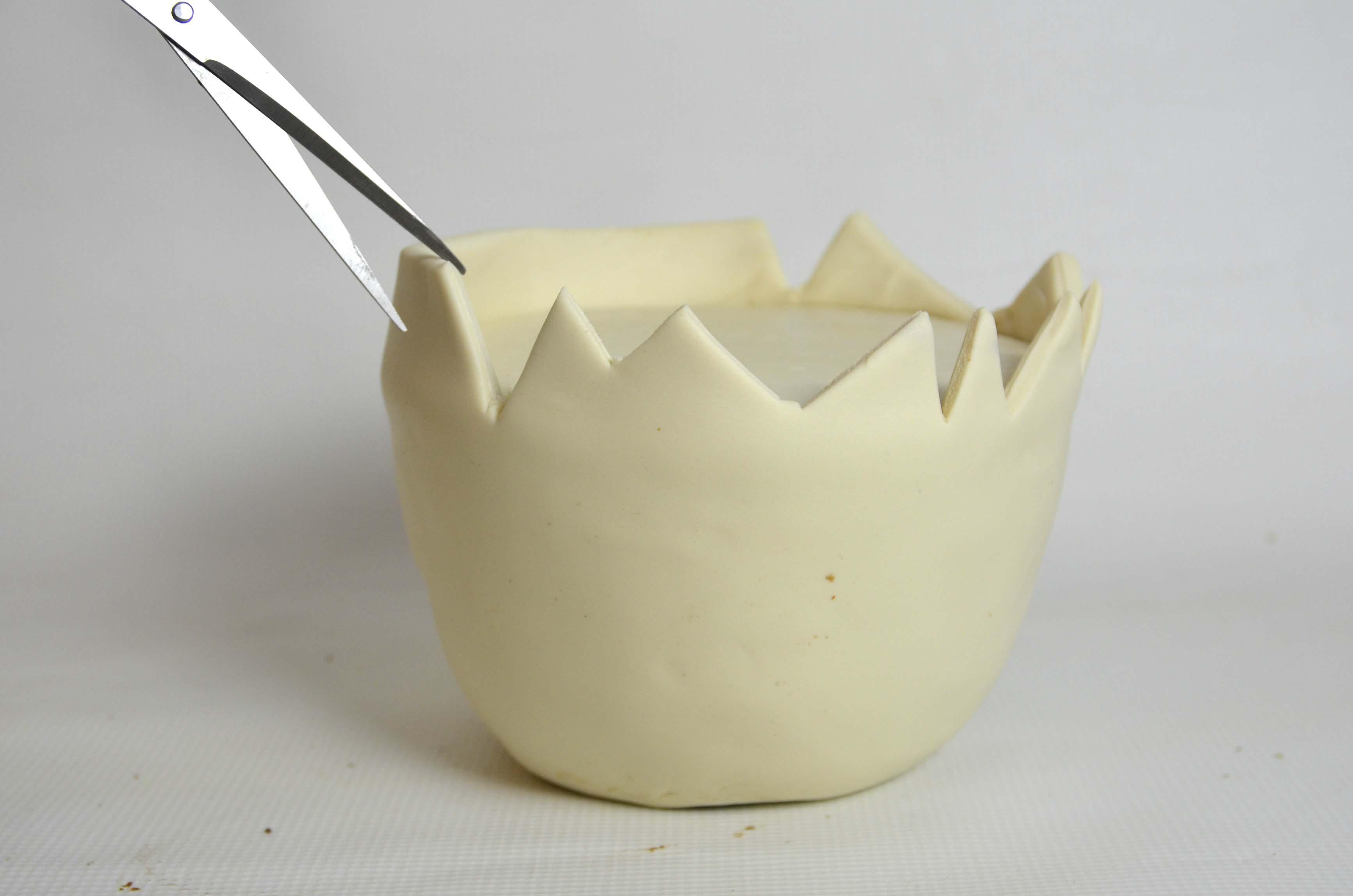 Cracked shell using sugarpaste