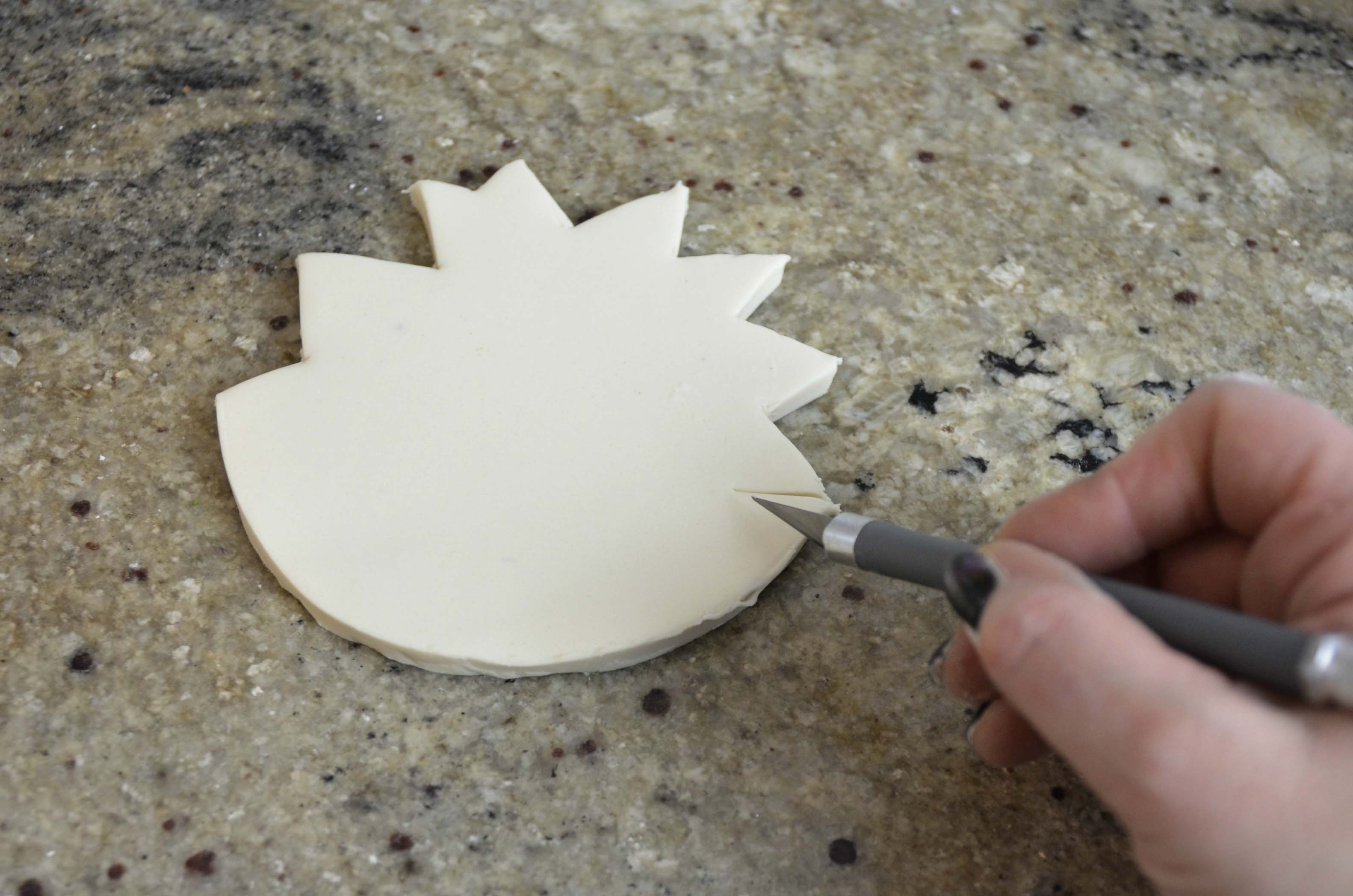 Creating a cracked shell lid using sugarpaste