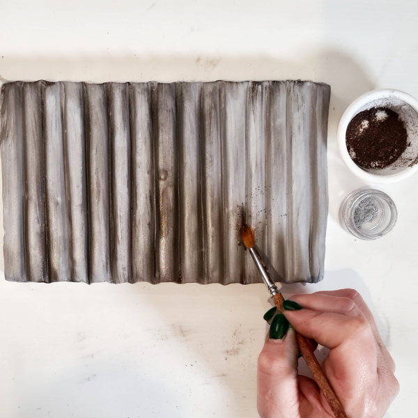 Colouring metal effect sugarpaste with lustre dusts