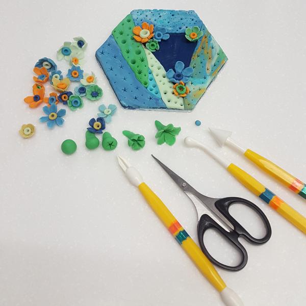 tiny filler sugarpaste flowers using modelling tools