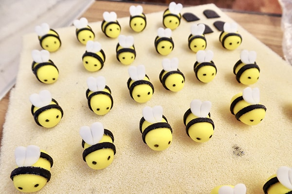 Bumblee cupcakes - modelling bees 2