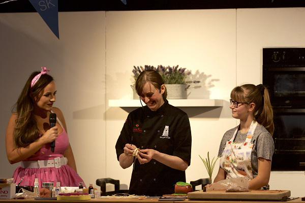 Cake International theatre demo with Molly Robbins