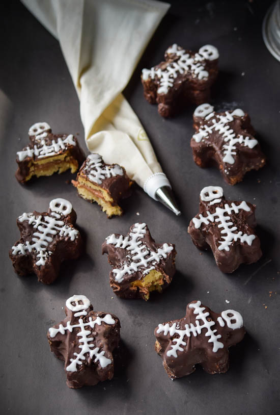 Nutella-Cream-Filled-Chocolate-Dipped-Skeleton-Mini-Cakes-2
