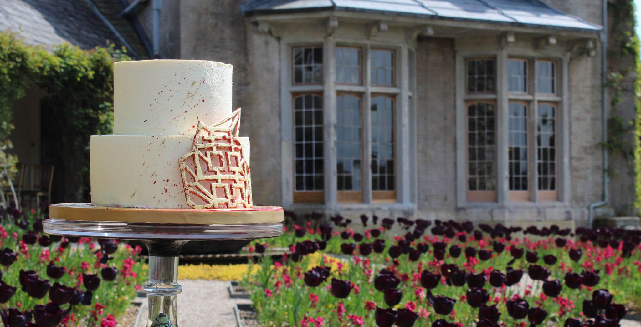 wedding cake, outside, garden