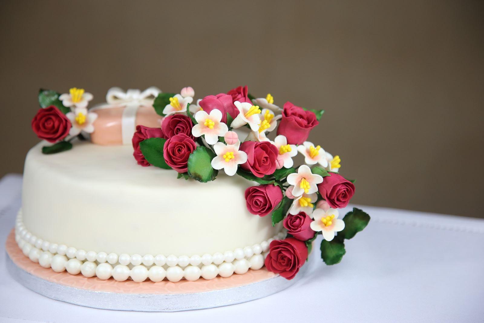 Sugarpaste covered cake