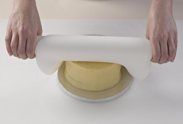 covering-a-cake-with-fondant-icing