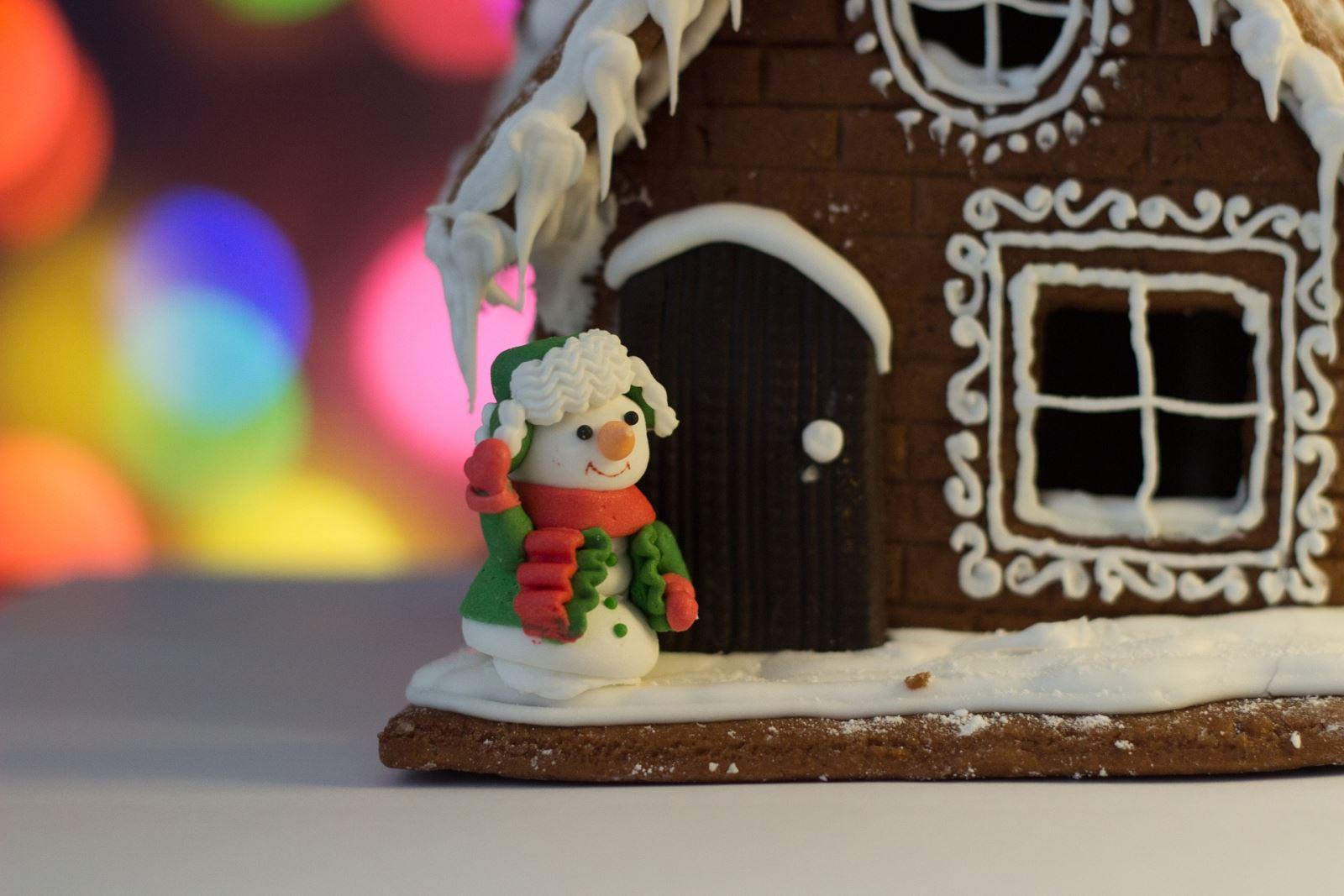 Cute snowman cake decoration