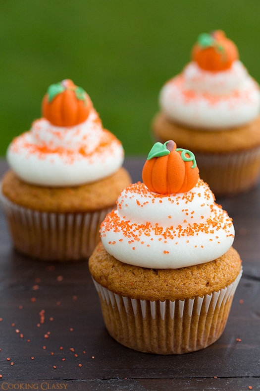 pumpkin-cupcakes-wiht-cream-cheese-frosting-text.