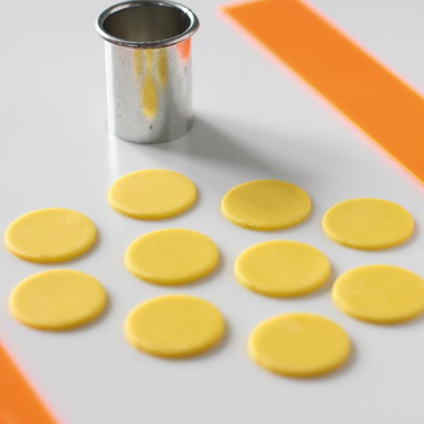 sugarpaste-daisies-using-yellow-modelling-paste