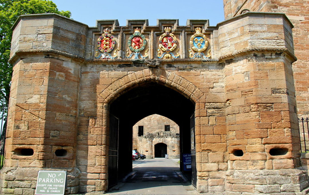 1280px-The_Fore_Entrance_to_Linlithgow_Palace-75782.jpg