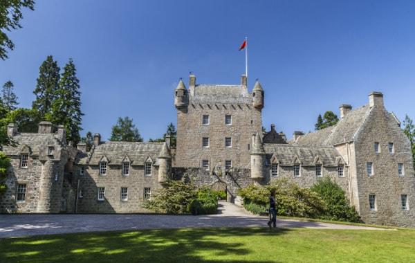 Cawdor_Castle,_Nairn-42326.jpg
