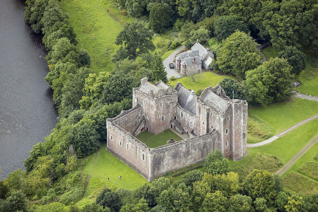 Scotland-2016-Aerial-Doune_Castle_(and_Castle_keeper's_cottage)-16605.jpg