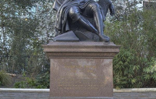 Statue_of_Robert_Burns,_Victoria_Embankment_Gardens-05854.jpg
