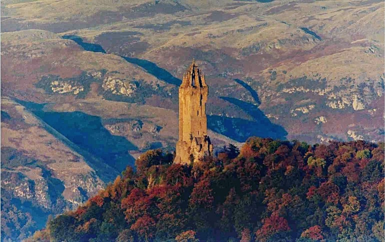 Wallace_Monument_,_Stirling,_Scotland,_in_Autumn-20870.jpg