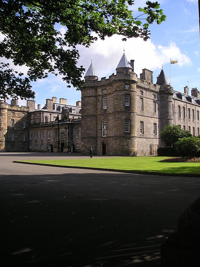 imports_CESC_640px-holyroodhouse-with-queen-in-residence_57085.jpg