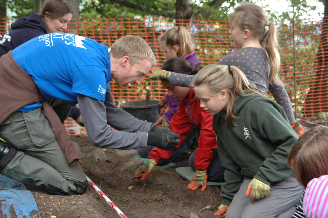 phkt-outeach-officer-gavin-lindsay-and-katie-roper-archaeologists-copyright-pkht-76447.jpg