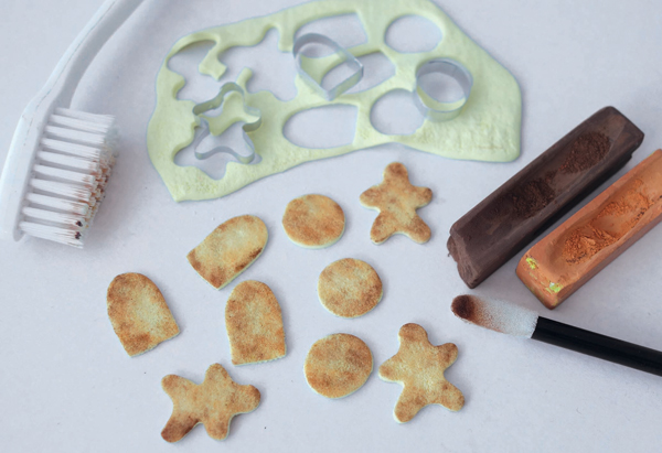 adding colour to miniature cookies