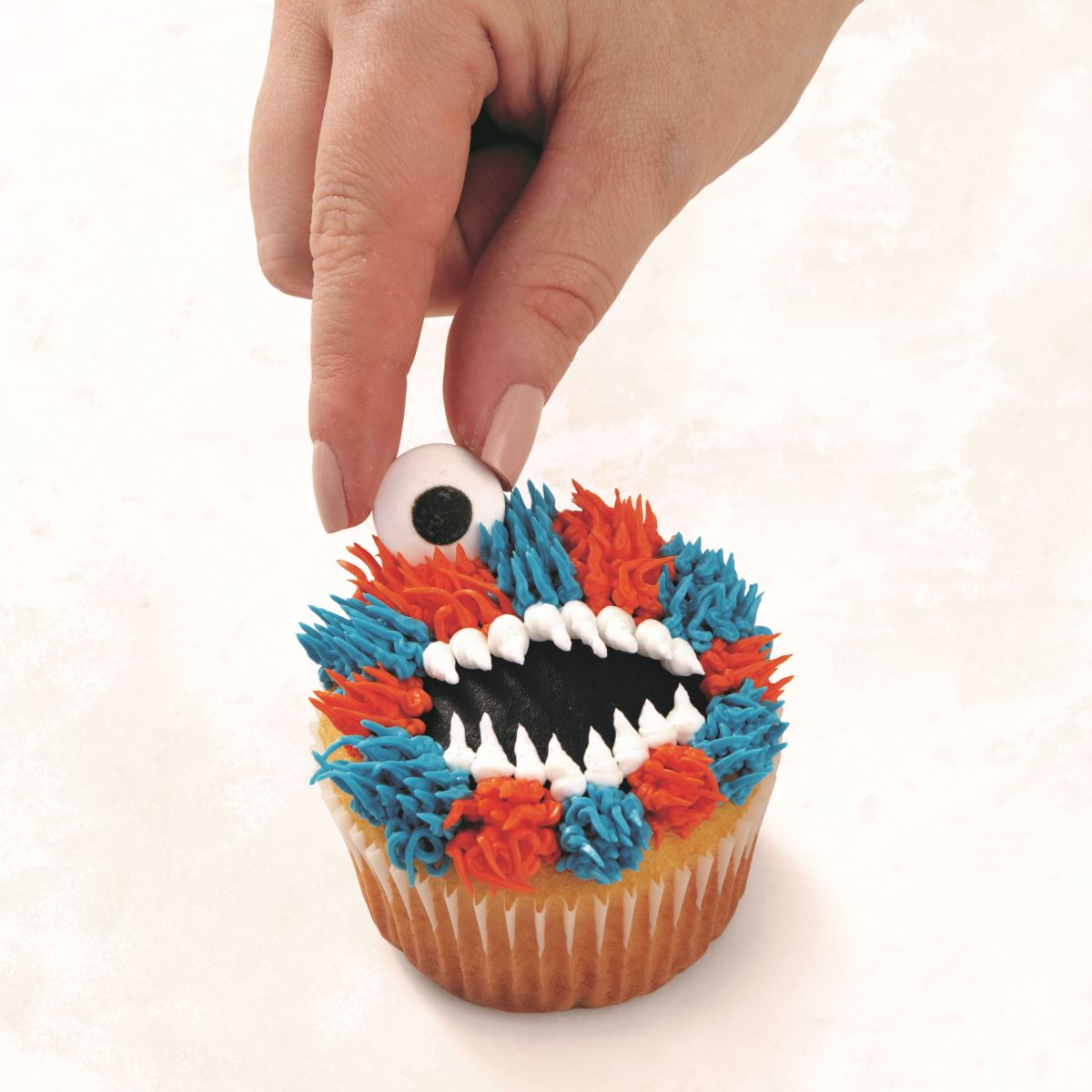 BLUE AND ORANGE MONSTER CUPCAKE step 7