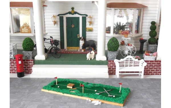 miniature-scene-mini-golf-putting-green