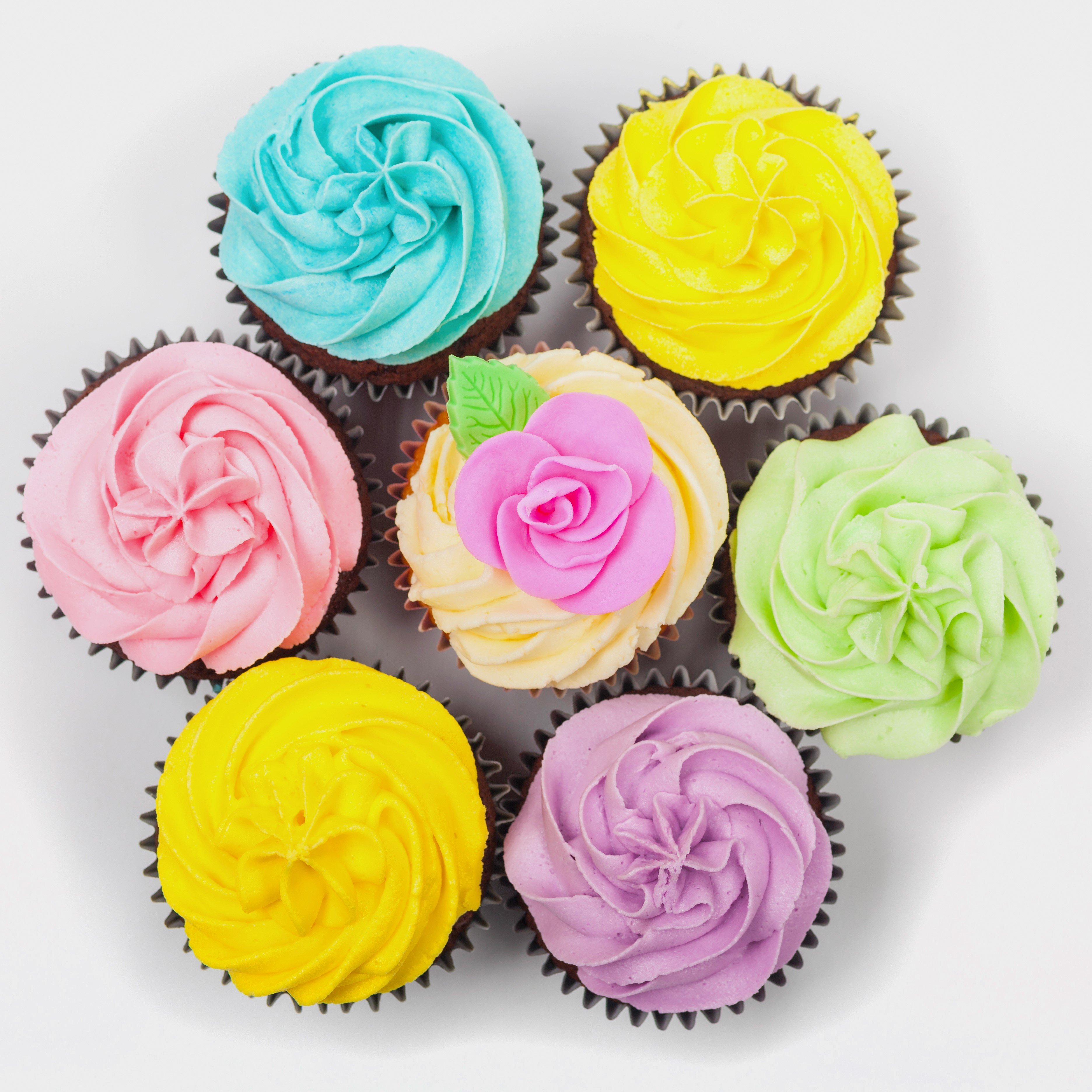 coloured frosting cupcakes