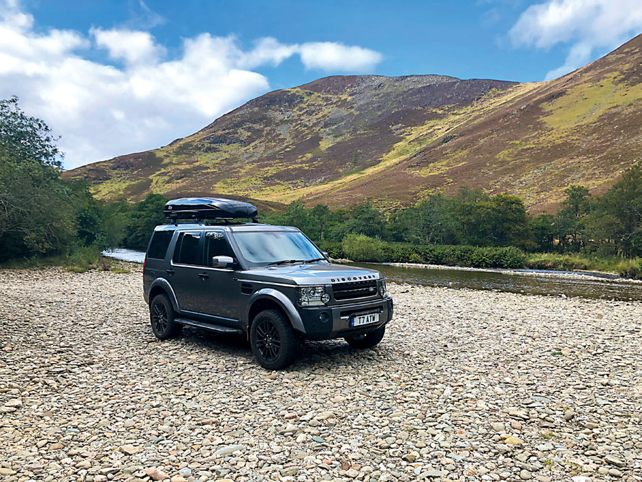 Discovery 3 in Scotland next to a loch