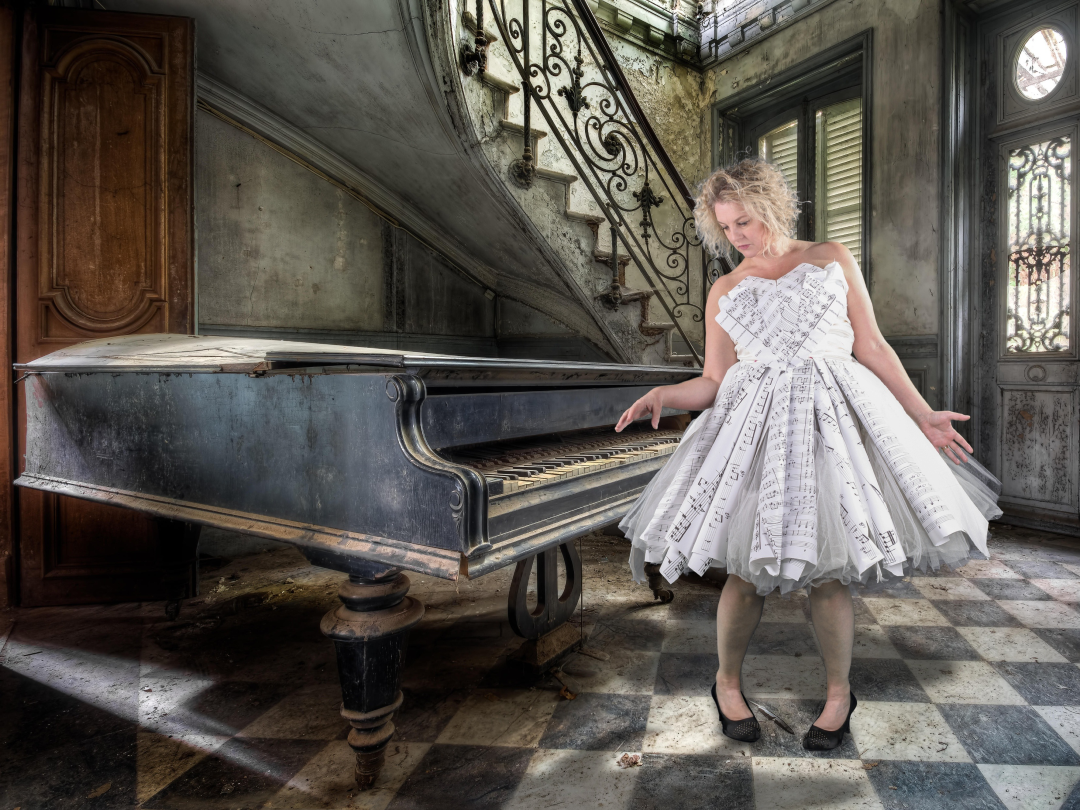 4x3-Wendy-by-abandoned-piano-in-paper-dress-(1)-75157.jpg