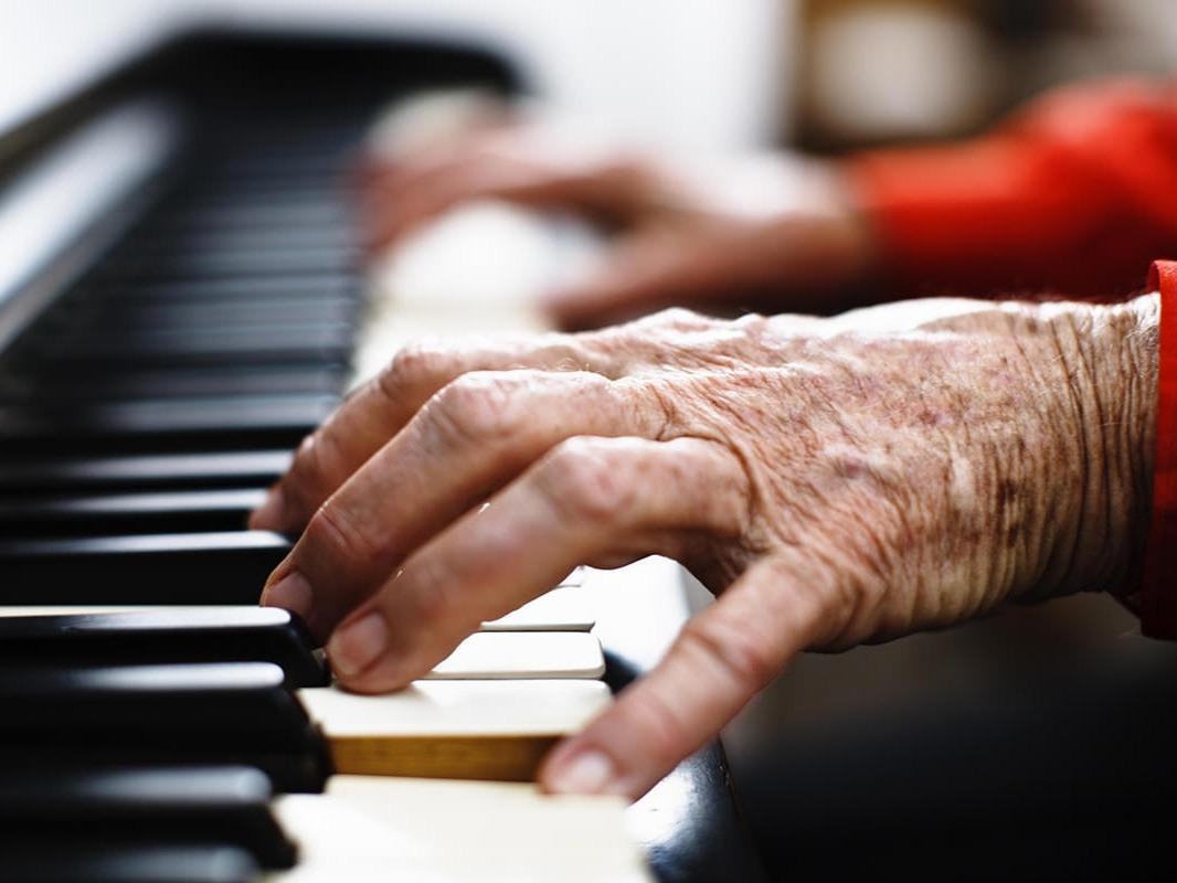 4x3-old-pianist-26014.jpg