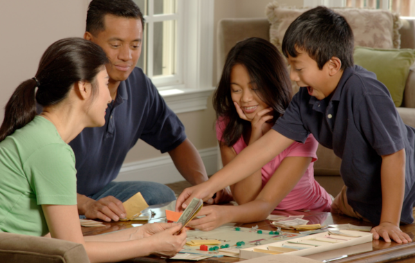 Family_playing_a_board_game_(3)-86930.jpg