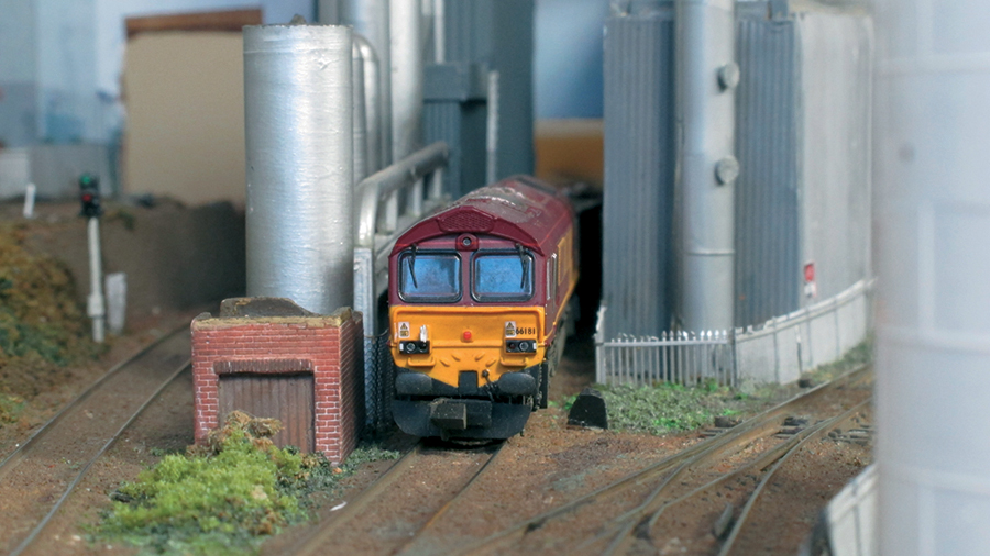 N gauge Class 66181 EWS LPG depot