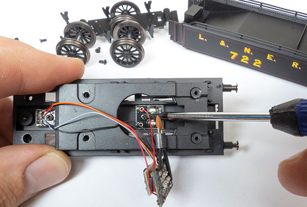 How to fit a DCC uncoupler