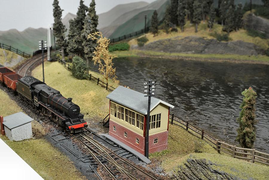 Black 5 44932 N gauge signalbox